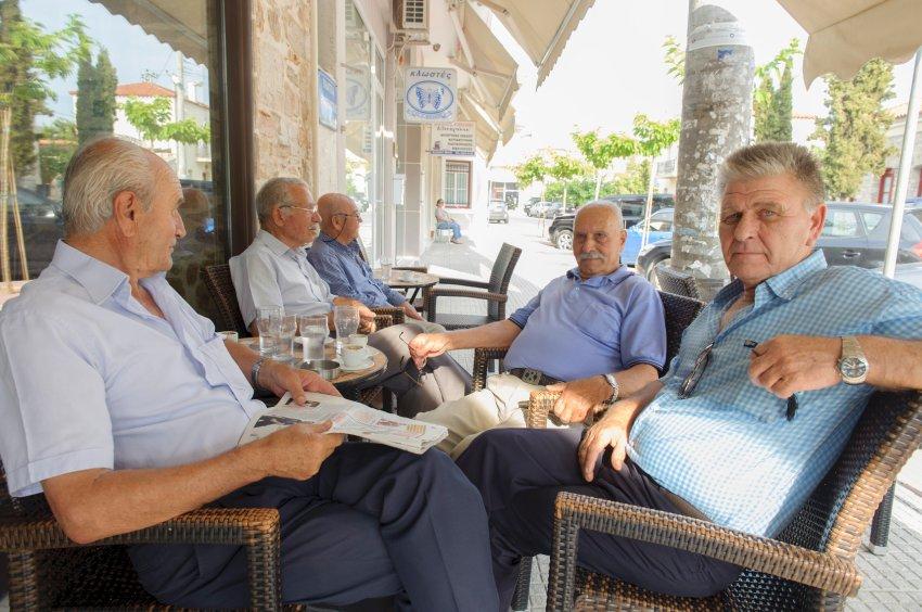 30.06.2015, Kalyvia Thorikou / Attika / Griechenland. Vor dem Referendum 2015 in Griechenland. Ältere griechische Männer im Kaffeehaus.[ FOTO: Aris,  Tel.: 0171/21 00 969. Es gelten nur meine AGB, zu lesen unter: http://www.aris-web.de   Alle Rechte vorbehalten. Abdruck nur gegen Honorar (zzgl. Mwst) und Belegexemplar. Urhebervermerk wird gemaess Paragraph 13 UrhG verlangt. Weitergabe an Dritte nur mit Genehmigung des Fotografen. NO MODEL RELEASE! ]